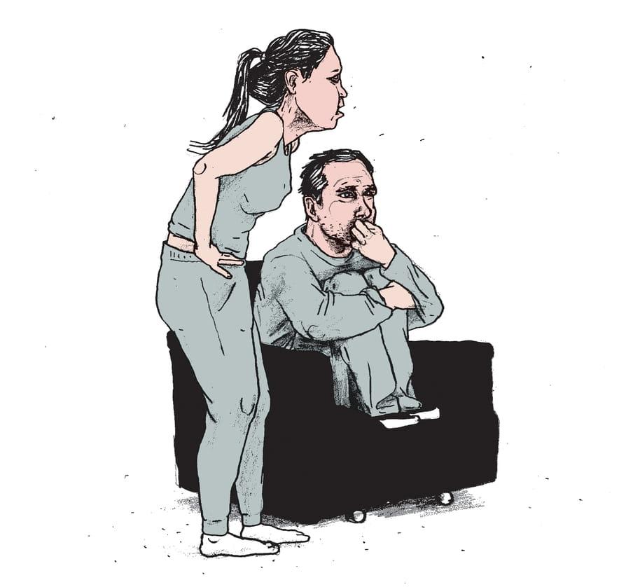 Een tekening van een vrouw die in een ongemakkelijke houding staat naast een stoel waarop een man met opgetrokken benen op zijn nagels zit te bijten. In deze illustratie heeft illustrator Gijs Kast zijn interpretatie gegeven van de situatie waarin patiënten zich in inrichtingen begeven.