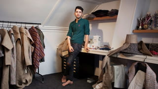 Jonge man in zijn kamer