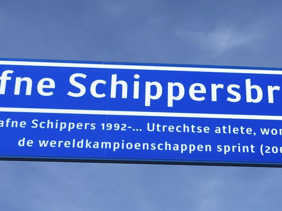 Het straatnaambord van de Dafne Schippersbrug in Utrecht.