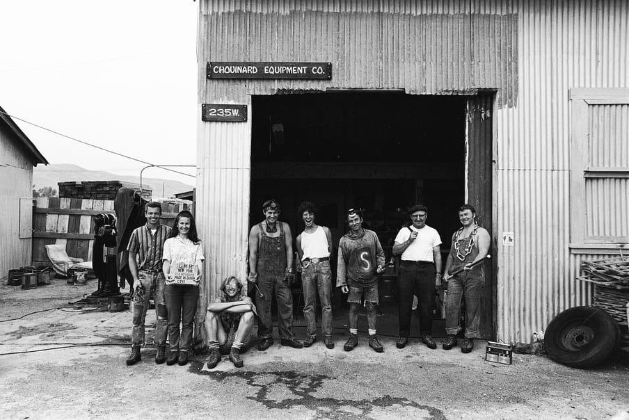 Personeel van Yvon Chouinard poseren voor de werkplaats, 1966. Beeld: Patagonia archives