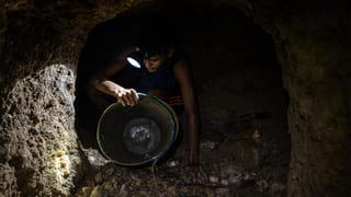 Een mijnwerker in een goudmijn in Las Parcelas, Tumeremo. Foto: Ignacio Marin