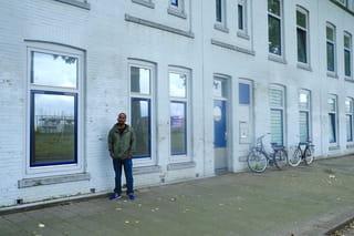 Ahmed in zijn straat in de Tweebosbuurt