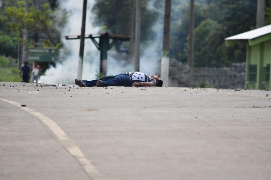 De foto die Choc nam van het lichaam van Carlos Maaz, vlak nadat hij werd neergeschoten.