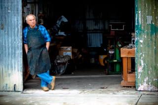 Een recente foto van Yvon Chouinard voor zijn werkplaats in Burbank, Californië.