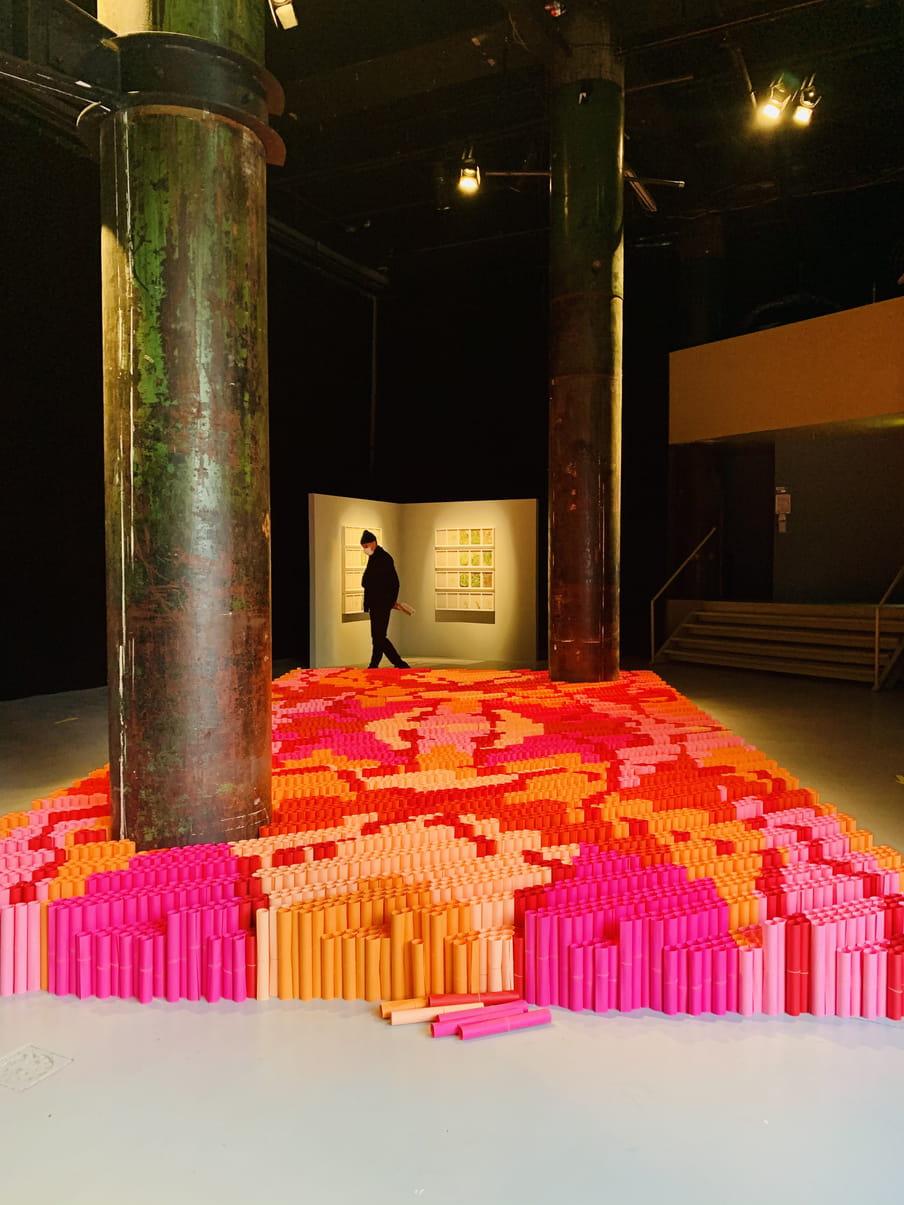 Een foto van de installatie van We Make Carpets in V2_.