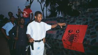 Charles Taylor naast een trainingskamp van rebellengroep National Patriotic Front of Liberia, waarvan hij de leider was. Foto: Patrick Robert / Getty
