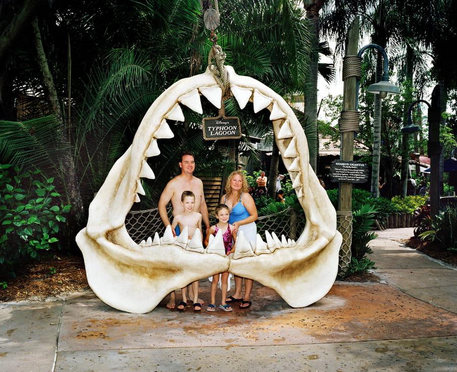 Toeristen poseren voor een foto in een nepfossiel