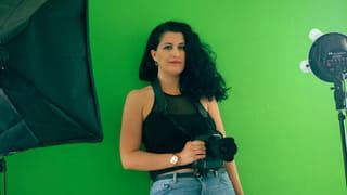 Portret van Dareen voor haar greenscreen.