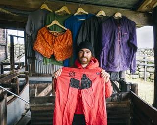 Sean Villanueva O'Driscoll toont een gerepareerde broek op de set van de nieuwe Worn Wear film.