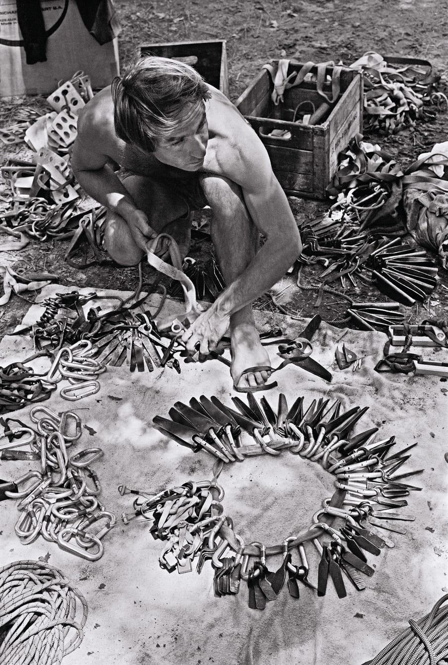 Oprichter Yvon Chouinard tussen zijn verzameling pitons, 1969. Beeld: Glen Denny