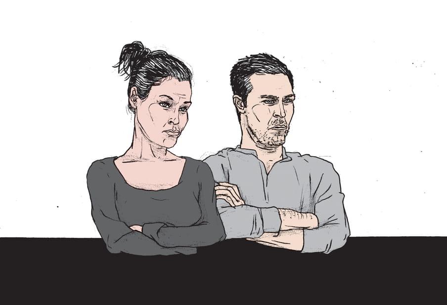 Een tekening van een man en een vrouw naast elkaar aan een tafel. Allebei met de armen over elkaar, allebei met een serieuze kritische blik. Deze illustratie is van Gijs Kast.