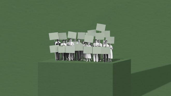 Collage van een groep protesterende mensen voor een groen papieren vel op een blok van groen papier.