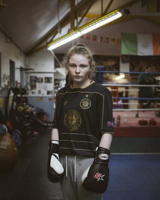 Een portret van een meisje in een boxschool.