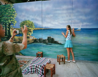 Meisje poseert voor een geschilderde afbeelding op een muur