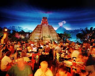 Nep pyramides met tafelende toeristen ervoor