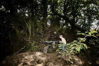 Jongen speelt oorlog na met een nep-machinegeweer