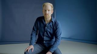 Still uit Het Water Komt met Rutger Bregman die zittend op een kruk in de camera kijkt.