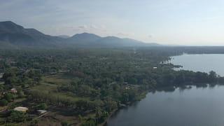 Een vogelperspectief foto die een indruk geeft van het groene dorpje El Estor, gelegen aan het meer.