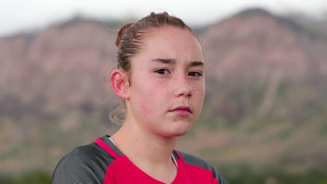 Een portret van voetbalmeisje Olivia Moultrie.
