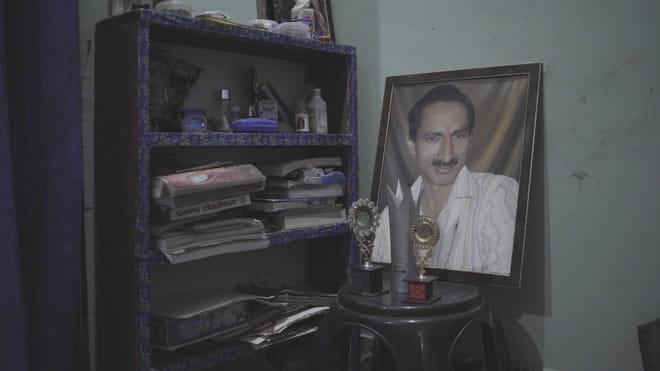 Een foto van Jagendra Singh in het huis van zijn familie. Beeld: Forbidden Stories