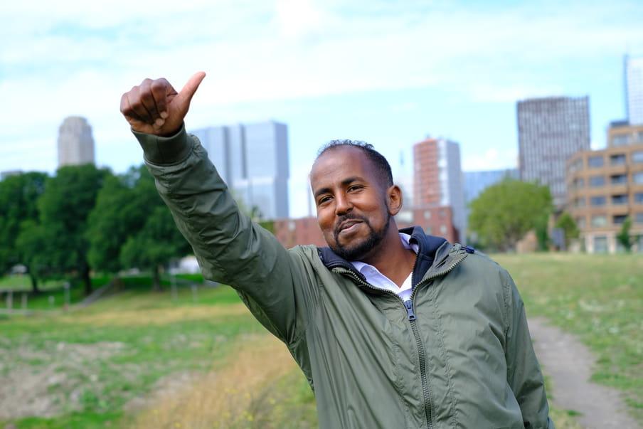 Ahmed groet een bekende in zijn wijk