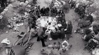 Personeel en vrienden van Patagonia vieren Thanksgiving in de bergen, 1974. Beeld: Gary Regester