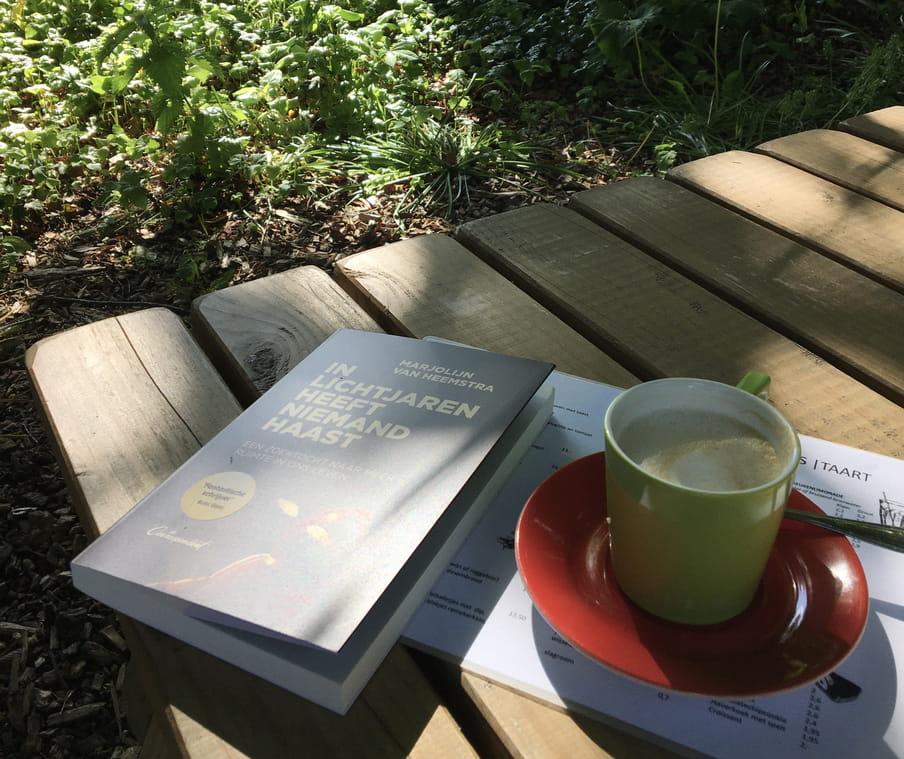 Boek van Marjolijn en koffie