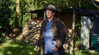 Een portret van Henk Blanken in zijn achtertuin.