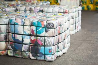 Foto van pakketten samengedrukte kleding verpakt in plastic.