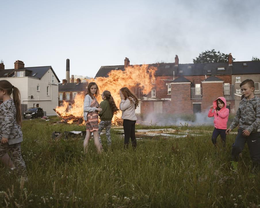 Jongeren staan rondom een vreugdevuur in Belfast.