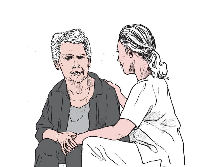 Een tekening van twee vrouwen zittend tegenover elkaar. De ene vrouw kijkt verdrietig, terwijl zij wordt getroost door de andere vrouw. Hier heeft illustrator Gijs Kast een situatieschets willen maken van de relatie tussen een verzorger en een naaste van een GGZ-patiënt.