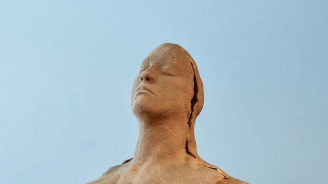 Een sculptuur uit de installatie 'They Tried to Bury us' van de Namibische kunstenaar Isabel Yueumuna Katjavivi. Lees meer over haar werk onderaan dit artikel.