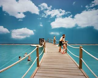 Binnenzwembad 'Tropical Islands' in Duitsland, Berlijn Brandenburg. Uit de serie 'Fake Holidays' van Reiner Riedler.