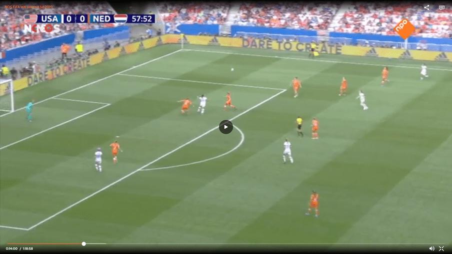 De situatie die tot de strafschop leidde in de WK-finale. De Amerikaanse spits Alex Morgan had vrijwel zeker niet gescoord uit deze situatie. Toch kreeg de VS een strafschop.